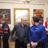 Заслуженный художник России Валерий Рябовол и гости вернисажа в зеркальном зале музея Цветаевой. Фото Виктора Борзых