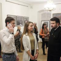 Поэт Михаил Фридман со студентами на вернисаже выставки в музее Цветаевой. Фото Виктора Борзых