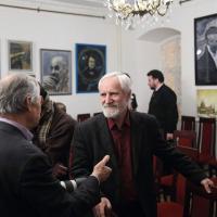 На вернисаже в концертном зале музея Цветаевой художник Игорь Хамраев и гости выставки. Фото Татьяны Успенской