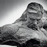 Авторский вариант скульптуры «Солдат». Гранит, местонахождение неизвестно.