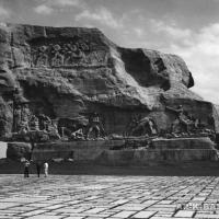 Обратная сторона бетонного монолита скульптуры «Солдат» с барельефами, 1970 г.