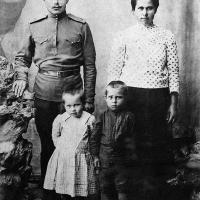 Саша Кибальников с сестрой Женей и родителями, 1918 г.