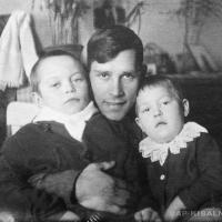 А.П. Кибальников с племянником Володей и дочкой Валей
