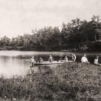 На реке Медведице, 1938 г. В лодке слева направо: Валя, Александр Павлович, Витя, Володя, Павел Филиппович Кибальниковы
