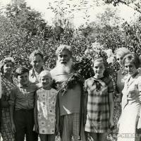 Соседи по даче (поселок Вельяминово, г. Москва) поздравляют Александра Павловича с Днем рождения, 22 августа 1970 г.