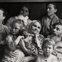 С родственниками жены в Саратове. На первом плане девочки Вера Белова и Надя Грекова. 1960-е гг.