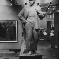 Скульптура «В.И. Ленин» на выставке в Большом Манеже. Москва. 1964 г.