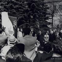На открытии надгробного памятника В. В. Маяковскому на Новодевичьем кладбище, Москва, 1957 г.