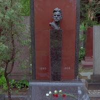 Надгробный памятник В. В. Маяковскому, Новодевичье кладбище, Москва, архитектор А. А. Заварзин. Бронза, гранит, скульптура: 52х30х29, стела: 120х30х30, 1957 г. Фотографии 2012 г.