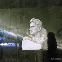 Портрет В. В. Маяковского. Мрамор, гранит, скульптура: 80х55х55, постамент: 150х70х50, московское метро, станция «Маяковская», 1965 г. Фотография 2012 г.