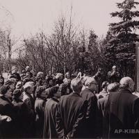 Открытие надгробного памятника В. В. Маяковскому на Новодевичьем кладбище, Москва, 1957 г.