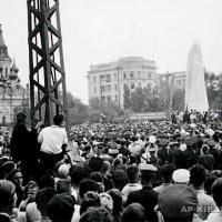 За одну минуту до открытия памятника Н. Г. Чернышевскому в Саратове, 1953 г.