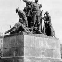 Памятник «Героям, борцам Красного Царицына» в Волгограде. Архитектор В. Е. Шалашов, бронза, гранит, высота скульптуры 400, 1955 г.