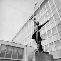 «К солнцу!». Бронза, высота 400, Женева, Швейцария, 1961 г.