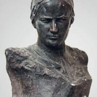 Портрет М. М. Расковой. Тонированный гипс, высота 57, предположительно 1936 г. Коллекция Саратовского областного музея краеведения