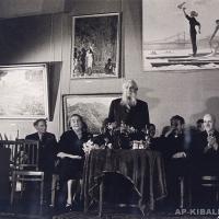 Заседание в зале Академии Художеств СССР, в центре скульптор С. Коненков