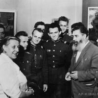 Втреча с курсантами на выставке. Скульптор Е. Белашова и А.П. Кибальников.
