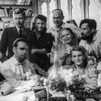 В Саратовском музее им. А. Н. Радищева. Во втором ряду справа А. П. и А. Г. Кибальниковы, в первом ряду: справа Н. П. Садковой с супругой, слева директор музея В. Ф. Завьялова,1945-1946 гг.
