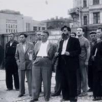 На примерке макета памятника В. В. Маяковкому, А. П. Кибальников и рабочая группа, 1958 г.