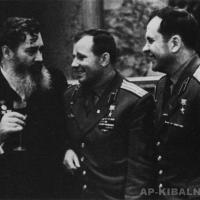 С космонавтами Ю. А. Гагариным и П. Р. Поповичем, начало 1960-х гг.