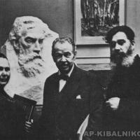 У портрета П. М. Третьякова, слева направо: А. Г. Кибальникова, А. М. Герасимов, А. П. Кибальников, 1961 г.