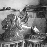 А.П. Кибальников в бутафорском цехе Курского драмтеатра, конец 30-х годов