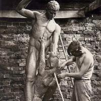 У скульптуры «Мцыри», Курск, 1939-1940 гг.