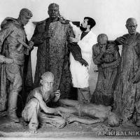 А. П. Кибальников за работой над скульптурной композицией «1941 год», Саратов, 1945-1946 гг.