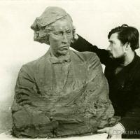За работой над скульптурным поясным портретом Н. Г. Чернышевского, 1946 г.