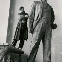 У рабочей модели памятника В. В. Маяковскому, Москва, 1957-1958 гг.