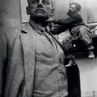 За работой над памятником В. В. Маяковскому, Москва, 1958 г.