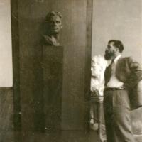 В мастерской А.П. Кибальникова. Создание надгробного памятника В. Маяковскому