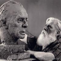 За работой над образом К. А. Федина, начало 1980-х гг.