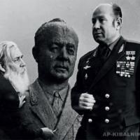 А. П. Кибальников и А. А. Леонов у портрета космонавта, начало 1980-х гг.
