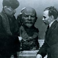А. П. Кибальников и художник Виктор Карев с бюстом В. И. Ленина, конец 1930-х гг.